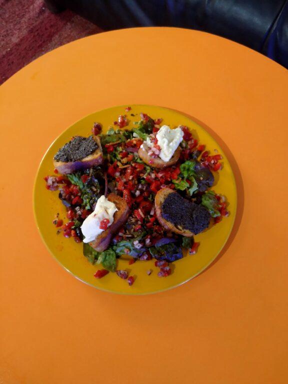 Ensalada de pélardon, tapenade y humuss en su picastostes de ajo cantine fish spa