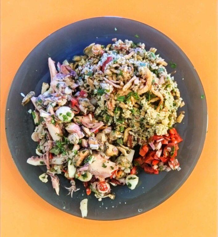 Ensalada de mariscos, tabulé casero y verduras crudas cantine fish spa
